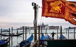 Venice đang 'chết dần': Chật chội vì khách du lịch khi dân số sụt giảm nghiêm trọng, lũ lụt xảy ra thường xuyên, người dân nghi ngờ dự án xây đập ngăn lũ trì trệ là do tham nhũng