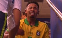Ghi bàn, kiến tạo rồi ăn thẻ đỏ, tiền đạo Brazil sút tung chai nước, đẩy ngã màn hình VAR rồi khóc như trẻ con trong đường hầm