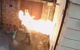 Video: Giây phút kẻ phóng hỏa đốt nhà bị lửa táp thẳng vào mặt