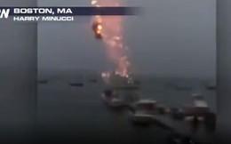 Video: Sét đánh làm thuyền buồm nổ tung như bom