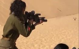 Nữ quân nhân Israel nhả đạn đầy uy lực trên sa mạc