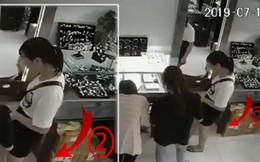 Cô gái trẻ khiến dân mạng choáng váng với thủ đoạn trộm cắp tinh vi tại cửa hàng nữ trang