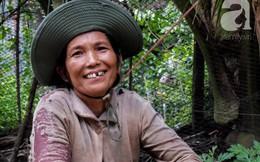 """Nụ cười giòn tan của """"bà ngoại 12"""", kể chuyện mang bầu 6 tháng vẫn leo trên ngọn dừa, cất được nhà trăm triệu cho chồng"""