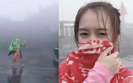 """Đời thuở đi du lịch khổ nhất là thời tiết ngang trái, mưa gió """"quật"""" bay người vẫn phải mỉm cười đi tiếp như cô gái này"""