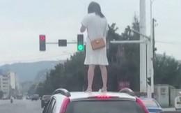 """Giận nhau với chồng, người phụ nữ liều lĩnh nhảy lên nóc xe đứng giậm chân và kết cục khiến dân mạng """"cười chảy nước mắt"""", còn cổ vũ nhiệt tình"""