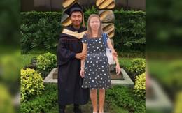 Chụp ảnh cùng standee người mẹ quá cố trong lễ tốt nghiệp, nam sinh khiến dân mạng xúc động nghẹn ngào