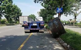 Khiếp vía vì 2 cuộn thép hàng chục tấn văng xuống đường