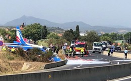 Máy bay của Không quân Pháp bất ngờ lao xuống ven đường quốc lộ