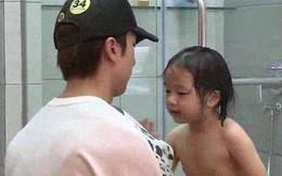Cho con gái 5 tuổi tắm cùng bố, câu hỏi của cô bé khiến người bố ngỡ ngàng và xấu hổ