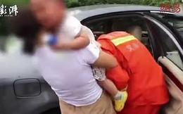 Con trai mắc kẹt trong ô tô giữa trời nóng như thiêu đốt, mẹ vẫn ngăn lính cứu hỏa đưa bé ra ngoài vì không muốn vỡ kính xe