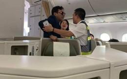 Khách thương gia sàm sỡ cô gái trẻ ngay trên máy bay