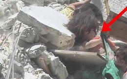 Bức ảnh gây chấn động thế giới: Bé gái 5 tuổi Syria mất mạng khi cố cứu em trong ngôi nhà sập vì trúng tên lửa