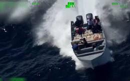 Video: Tội phạm điên cuồng ném ma túy xuống biển khi bị cảnh sát truy đuổi
