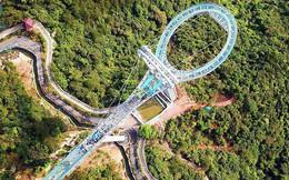 Cận cảnh chiếc cầu kính cao 500m kèm thác nước siêu to khổng lồ mới ra mắt khiến dân tình mê mệt ở Trung Quốc