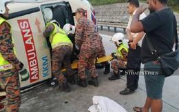 Xe cứu thương nổ lốp rồi lật nhào trên đường cao tốc, cả tài xế lẫn bệnh nhân đều thiệt mạng