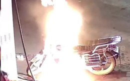 """""""Hãi hùng"""" người đàn ông say rượu châm lửa đốt xe máy ngay ở cây xăng"""