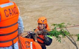 Cảnh sát đu dây giải cứu 41 người bị lũ 'vây' ở Lạc Dương
