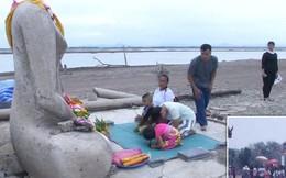 Sự hiện diện của pho tượng Phật không đầu này là minh chứng cho thấy hạn hán ở Thái Lan đang nghiêm trọng đến mức nào