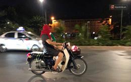 """Thót tim nữ """"ninja"""" đi băng băng trên đường Hà Nội, 1 tay lái xe máy, 1 tay... bồng con nhỏ"""