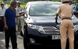 Xin bỏ qua vi phạm không được, gã đàn ông rút dao tấn công CSGT