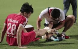 Tiền vệ U23 Việt Nam liên tục đập tay xuống đất, phải nhờ bác sĩ cõng về vì quá đau sau trận thua tại V.League 2019