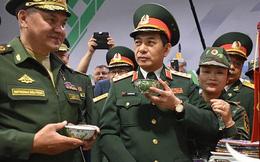 Bộ trưởng Quốc phòng Nga thích thú với khoai luộc, chè xanh của Việt Nam