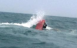 Tàu cá bị sóng lớn đánh chìm, 7 ngư dân thoát chết thần kỳ ở Quảng Ninh