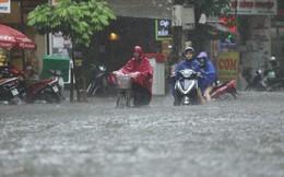 Nhiều tuyến phố Hà Nội ngập sâu sau 30 phút mưa lớn