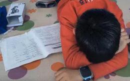 """Cậu bé khóc lóc vì bài tập làm gần xong bỗng dưng mất hết chữ, dân mạng cười """"không nhặt được miệng"""" khi biết lý do"""