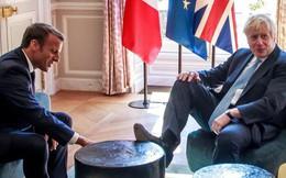 Hứng bão chỉ trích vì bàn chân 'kém duyên' khi gặp Tổng thống Pháp, Thủ tướng Anh bất ngờ được minh oan đầy kịch tính
