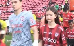 """Khoảnh khắc hiếm thấy: Em gái Văn Lâm nắm tay anh trai bước ra sân, có trải nghiệm đáng """"ghen tị"""" trong trận đấu của Muangthong United"""