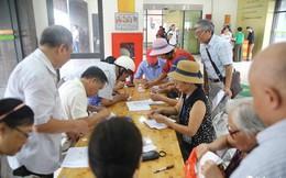 Hà Nội: Hàng nghìn người dân xếp hàng đăng ký làm thẻ xe buýt... miễn phí