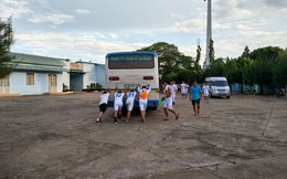 4 cầu thủ đội An Giang đẩy xe buýt chết máy