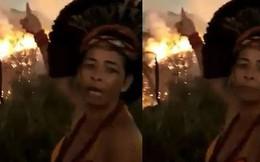 """Dân bản địa Brazil gào khóc trước cảnh tượng rừng Amazon bốc cháy: """"Họ đang giết chết những dòng sông và nguồn sống của chúng tôi"""""""