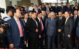 """Phút tiếc nuối với tốc độ """"chỉ được 100 km/h"""" của Thủ tướng Malaysia và câu chuyện thương hiệu xe hơi của hai quốc gia Đông Nam Á"""