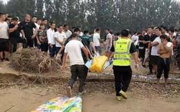 Tai nạn đuối nước thương tâm: 2 đứa trẻ trượt chân té sông, bố cùng bạn bè nhảy xuống cứu nhưng tất cả đều mất tích