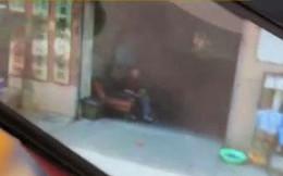 Tình cờ mở chế độ Street View trên bản đồ, người đàn ông nghẹn ngào khi nhìn thấy người bố đã mất ngồi trước cửa nhà