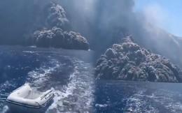 Kinh hoàng cảnh thuyền chạy núi lửa phun trào trên biển như phim tận thế