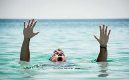Chỉ với 1 chiếc quần dài và chút khéo léo bạn có thể thoát khỏi đuối nước: Học ngay để phòng khi gặp nạn