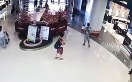 Đi mua sắm cùng bà, bé gái 1 tuổi vô duyên vô cớ bị người lạ đá bay như túi rác, dân mạng phẫn nộ đòi tìm cho ra tên côn đồ