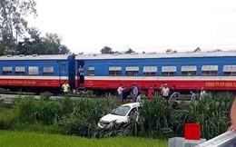 Tàu hỏa húc ô tô bay cắm đầu xuống ruộng lúa, tài xế nguy kịch