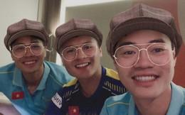 Văn Toàn rủ Quang Hải chụp ảnh tự sướng, fan chắc mẩm: Đội hình đá chính trận Việt Nam và Thái Lan đây rồi