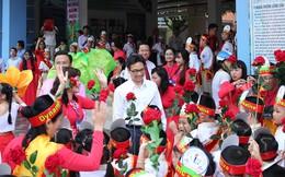 Phó Thủ tướng đón học sinh tựu trường