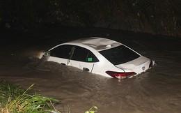 Giải cứu 4 người trên ô tô bị nước lũ cuốn trôi