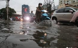 Hà Nội mưa như trút nước, nhiều tuyến phố ngập thành sông