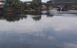 Nước sông Vinh bỗng đổi thành màu đen, bốc mùi hôi nồng nặc