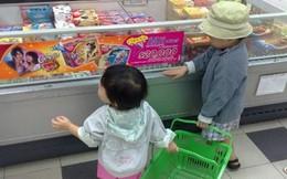 Dắt con nhỏ đi chợ, đứa bé nghịch nát miếng đậu phụ và phản ứng đáng nể của người mẹ