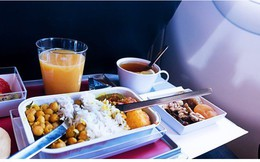 Vì sao đồ ăn trên máy bay có vị khác thường?