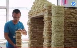 Người đàn ông xây nhà đồ chơi cho con trai từ 2.000 gói mì hết hạn
