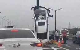 """Nữ tài xế mất lái rồi đâm ô tô dựng đứng ở cột biển báo, dân mạng ngán ngẩm: """"Bán xăng cho phụ nữ là một tội ác!"""""""